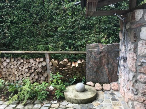 Aussendusche vor der Sauna